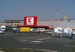 Paznic din Kaufland Făgăraș, lovit de hoții prinși la furat