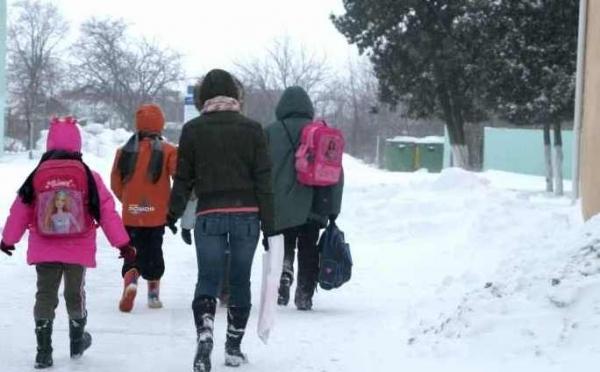 elevi-scoala-iarna