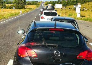 Cozi kilometrice pe DN1, la Ucea de Jos, din cauza unor… dale. Poliția nu are ce face, CFR aruncă vina, CNAIR repară