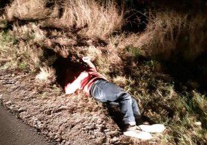 Tânăr bătut, abandonat pe marginea drumului